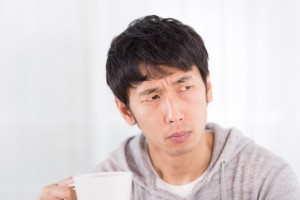 コーヒーで険しい顔